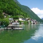 Hallstadt se tísní mezi jezerem a skalním masivem